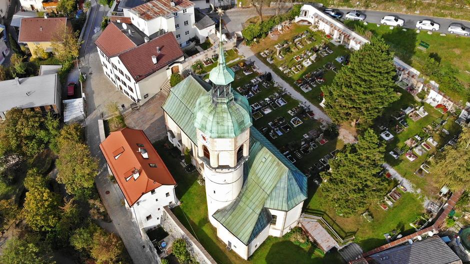 Moderne Drohnenaufnahmen der Alten Höttinger Pfarrkirche sind ebenso zu sehen wie historische Bilder.