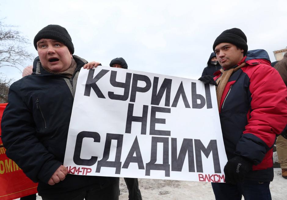 Russische Aktivisten protestieren dagegen, die Kurilen an Japan zu übergeben.