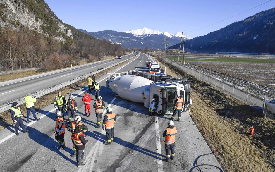 Ein umgekippter Betonmisch-Lkw sorgte am Dienstag für eine Sperre der Inntalautobahn bei Stams.