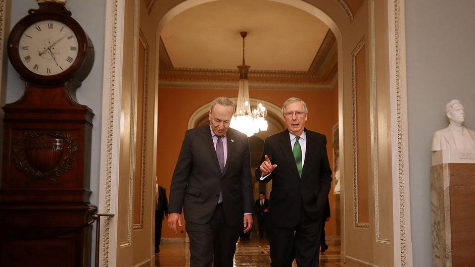 Der Mehrheitsführer im Senat Mitch McConnell (Republikaner, r.) und der Demokrat Chuck Schumer (l.).