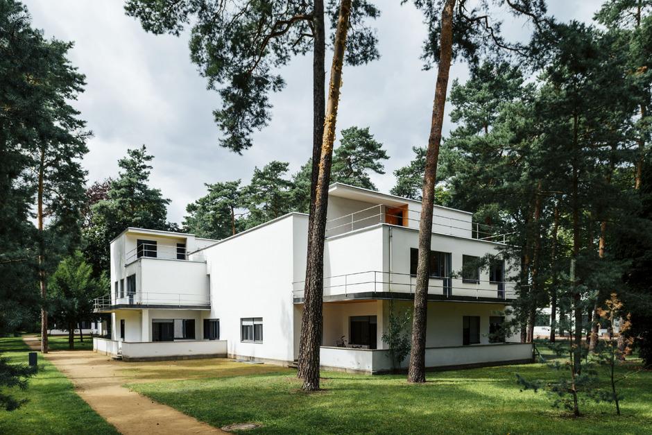 Die von Walter Gropius entworfenen Meisterhäuser in Dessau waren Musterbeispiele für modernes Wohnen. Darin wohnten Bauhaus-Meister wie Gropius selbst, Paul Klee, Oskar Schlemmer und Wassily Kandinsky.