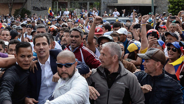 """Unterstützer feiern Juan Guaido (umringt von Personenschützern) nachdem er erklärte, ab sofort als """"Interims-Präsident"""" Venezuelas zu fungieren."""