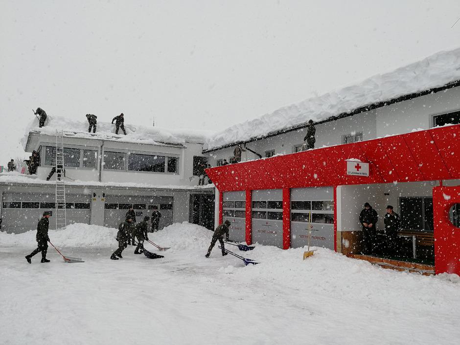 In St. Johann hatte man in der Vorwoche alle Hände voll zu tun, den Schneemassen Herr zu werden. Im Bild schöpfen Bundesheersoldaten das Dach des Roten Kreuzes und der Polizei ab. Auch das Dach der Neuen Mittelschulen wurde von der Schneelast befreit.