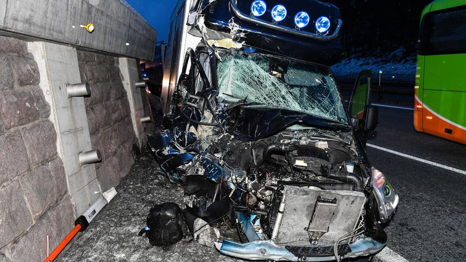 Der Klein-Lkw wurde bei dem Unfall schwer beschädigt.