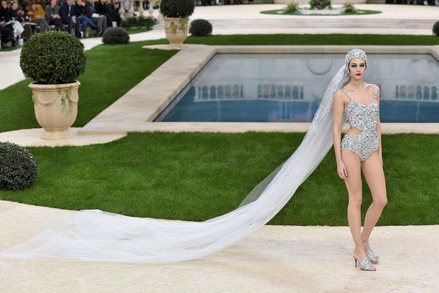 Eine Braut im glitzernden Badeanzug und ellenlanger Schleppe.