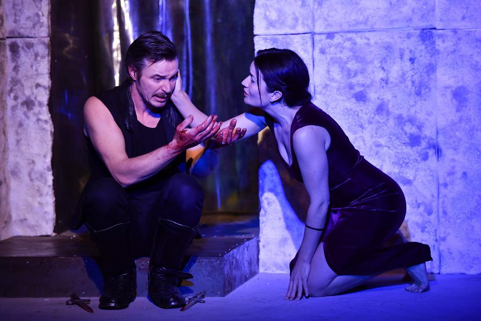 Vom Blut des ermordeten Königs kann sich Macbeth (Markus Oberrauch) nicht reinwaschen. Lady Macbeth (Lisa Hörtnagl) spendet Trost.