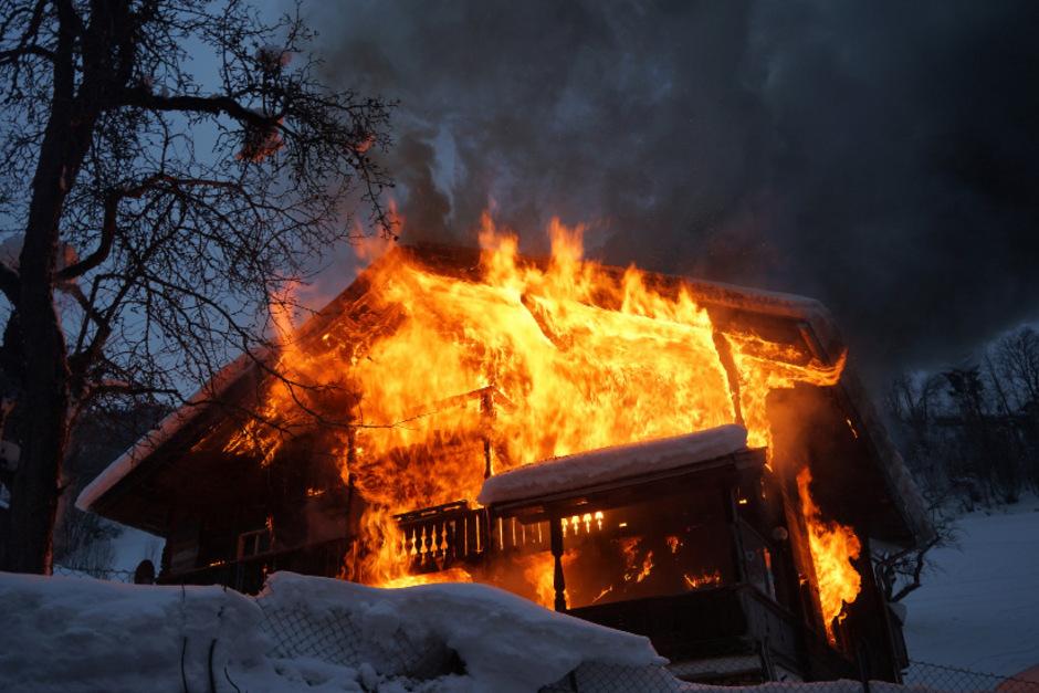 Meterhohe Flammen schlugen aus dem Bauernhaus.