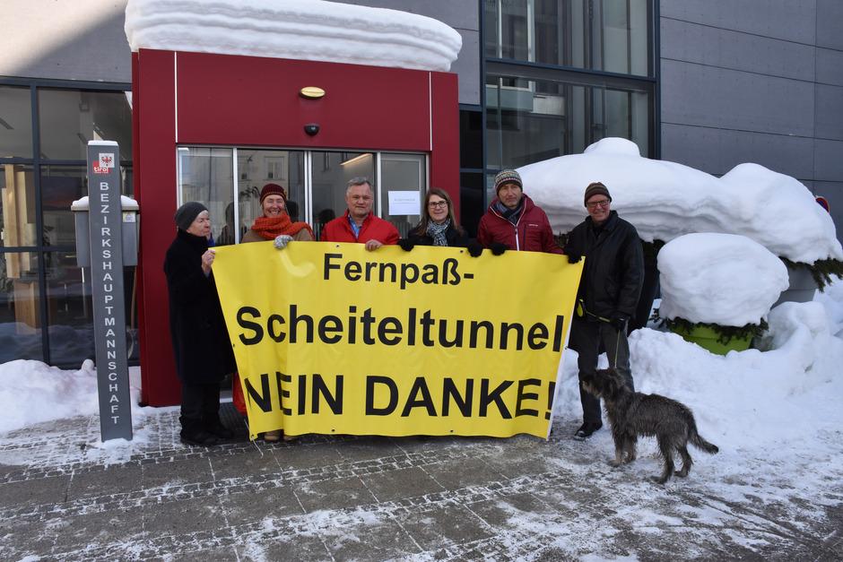 Empfangskomitee vor der BH Reutte: Annemarie Gigl, Christine Schneider, Christoph Scheiber, Regina Karlen, Siegfried Kerle und Walter Bachlechner (v.l.).