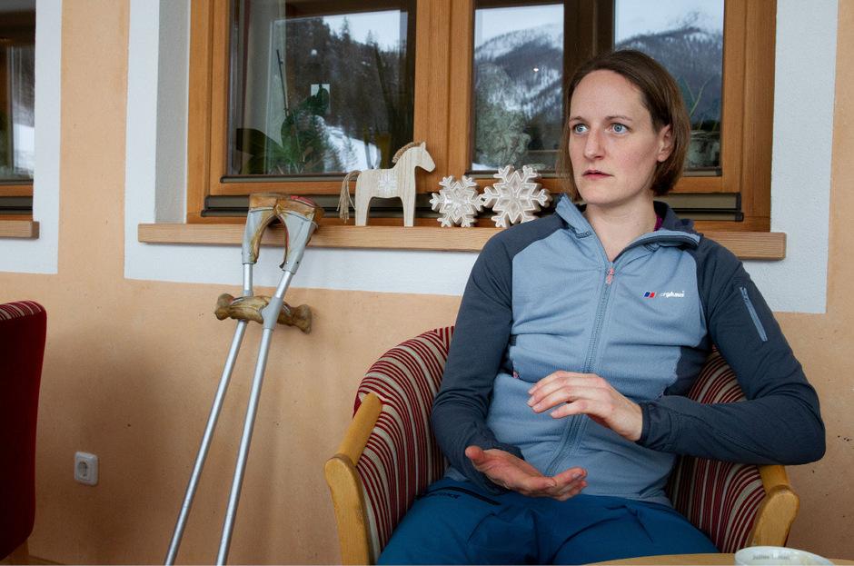 Jacqueline Fritz, der ein Bein amputiert wurde, lernt im Skigebiet Christlum Skifahren.