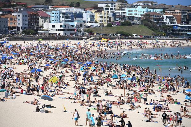 Das sieht man nicht auf den Instagram-Fotos. Manchmal drängen sich 30.000 bis 40.000 Besucher am Strand.