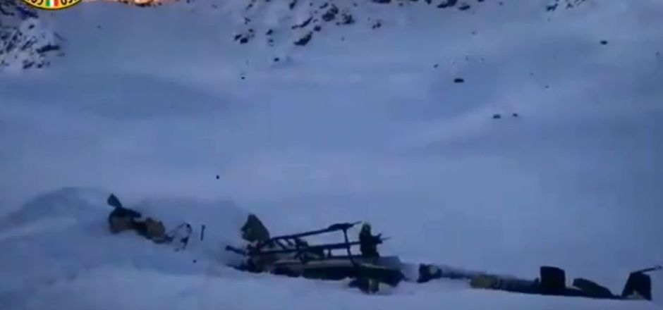 Ein Kleinflugzeug und ein Hubschrauber stießen über dem Rutor-Gletscher im norditalienischen Skigebiet La Thuile zusammen.