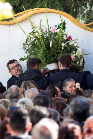 Tränen und weiße Blumen hätten die Beerdigungszeremonie geprägt, schrieben Medien.