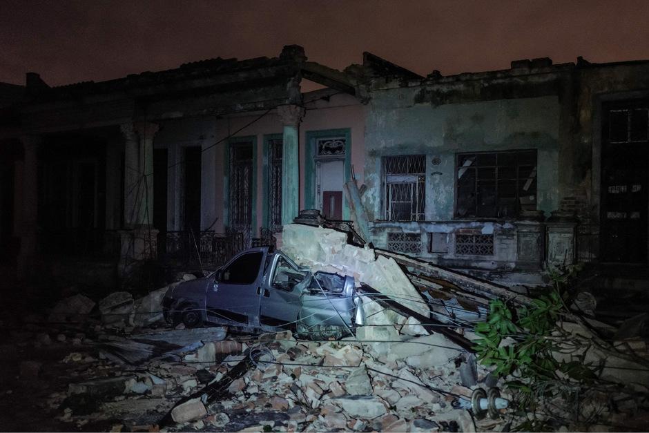 Ein unter Trümmern begrabenes Auto in Havanna.