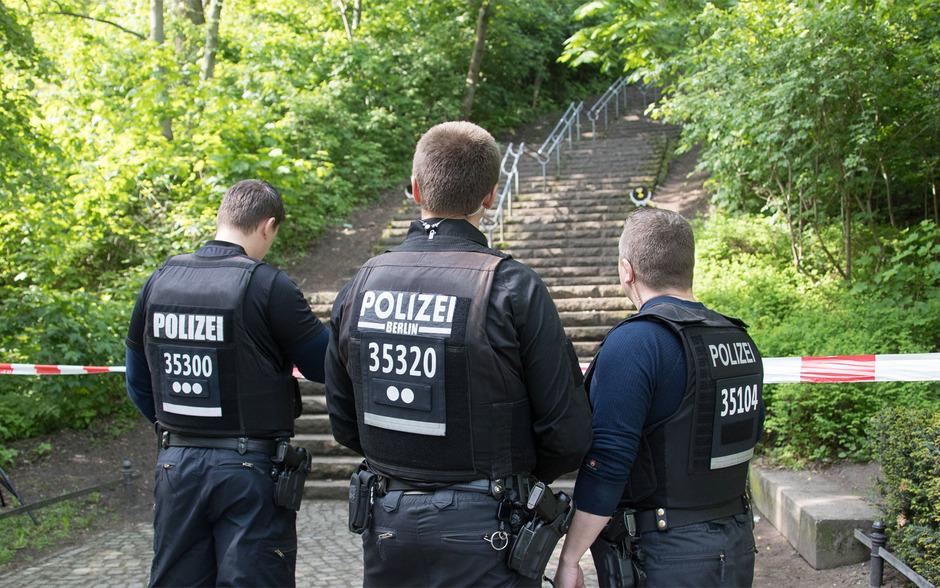Polizisten am Tatort im Berliner Volkspark Friedrichshain. Als die Einsatzkräfte eintrafen, soll Stefan U. noch gelebt haben. Er erlag kurz darauf seinen schweren Stichverletzungen.