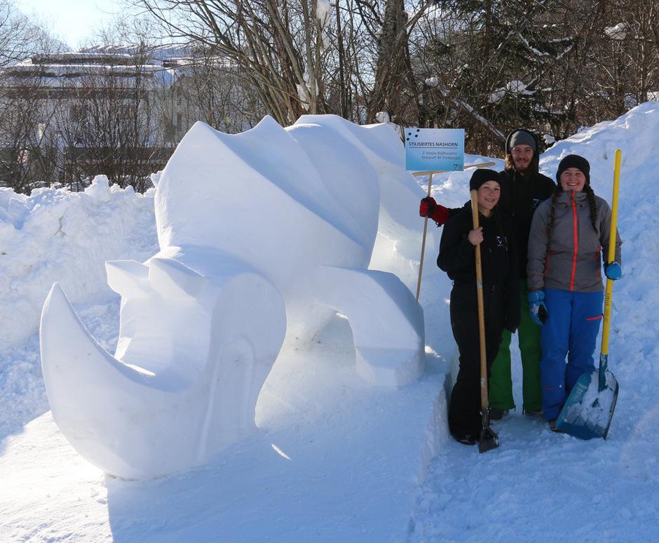 Kunst in der Kälte: Schüler der Fachschule für Kunsthandwerk in Elbigenalp machten aus Schneewürfeln Tierskulpturen.