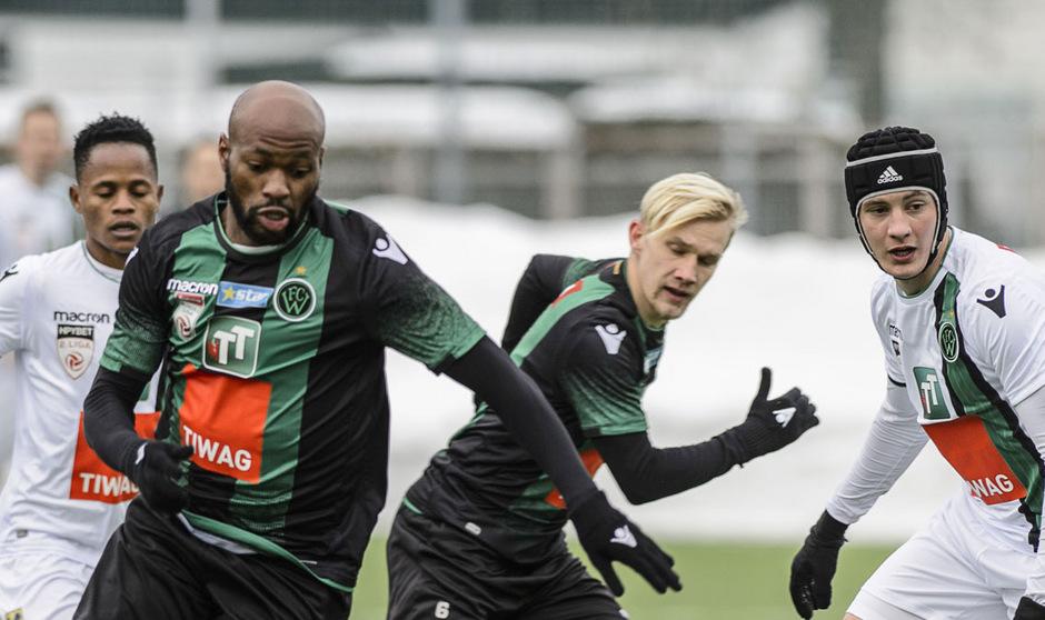 Teststürmer Franck Etoundi hatte gegen Felix Bacher (rechts) einen schweren Stand.