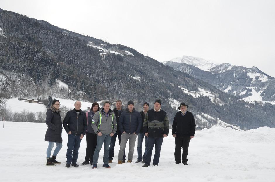 Breite Front gegen die Trassenverlegung der Zillertalbahn in Aschau und Zell. Die Bauern wollen ihren Grund dafür nicht hergeben.