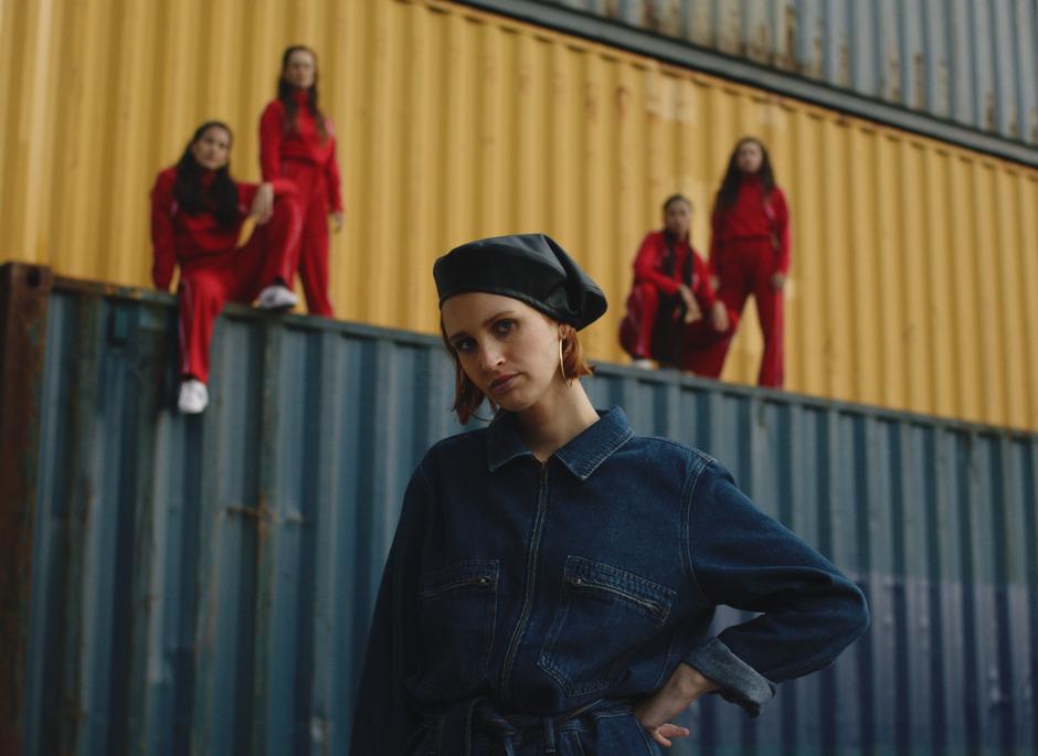 """Sängerin Lea mit ihren Choreo-Tänzerinnen im Video zu """"Wine"""". Gedreht im Containerhafen Wien."""