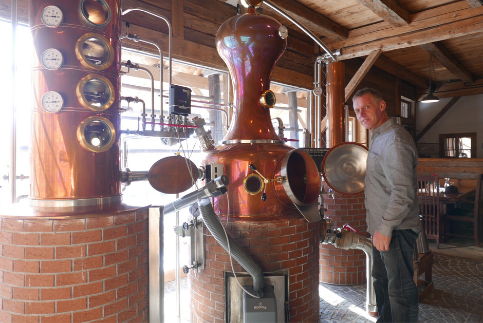 Ein feiner Apfelschnaps, destilliert aus seinen besten Früchten, das ist eine Spezialität von Friedl Webhofer aus Gaimberg.