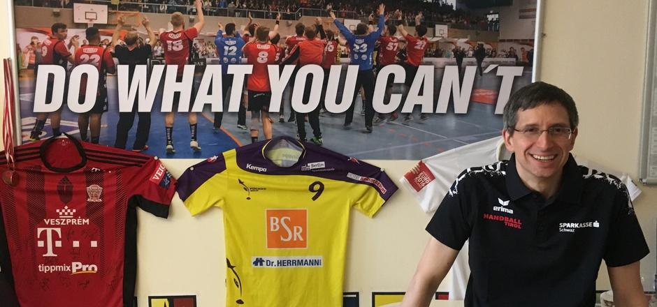 Mit einem emotionalen Plakat im Hintergrund will Sportkoordinator Thomas Lintner die Arbeit bei Handball Tirol weiter vorantreiben.
