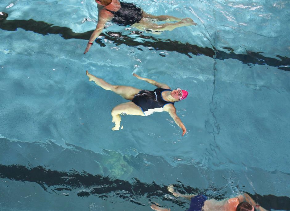 Christian Martinelli porträtierte acht Menschen mit Behinderung bei ihren Lieblingsaktivitäten: Für Julia ist es das Schwimmen.