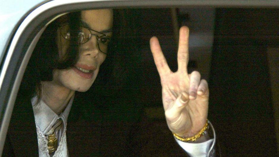 Michael Jackson war des sexuellen Missbrauchs angeklagt - wurde aber freigesprochen. Gegen die Vorwürfe in der Doku kann sich Jackson selbst nicht mehr wehren – er ist seit knapp zehn Jahren tot.