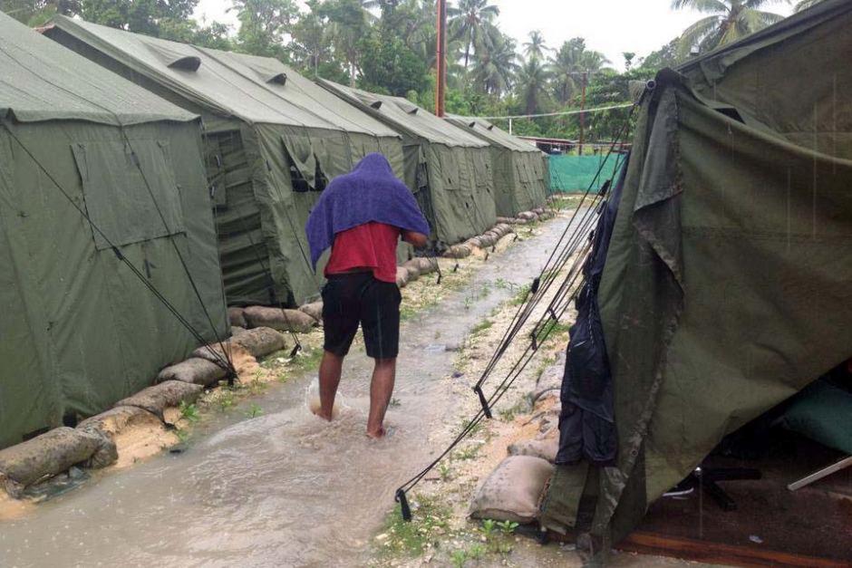 Boochani hatte auf Manus mehrere Jahre lang mit Hunderten anderer Flüchtlinge in einem Auffanglager hinter Stacheldraht gelebt.