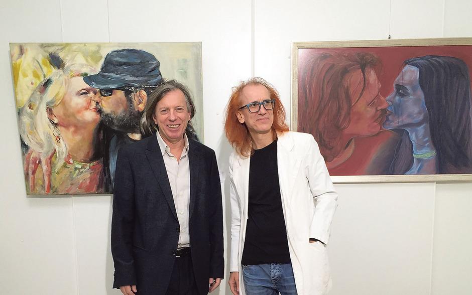 """Malerfreunde: Gazmend Freitag (l.) und Norbert Zehm vor ihren """"Kussbildern"""" in der Innsbrucker Galerie Artinnovation."""