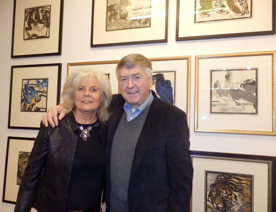 Erich Mair verlost am Ende der Ausstellung 25 Jungnickel-Grafiken zugunsten des Tierschutzvereins, dem Christine Zangerl vorsteht.