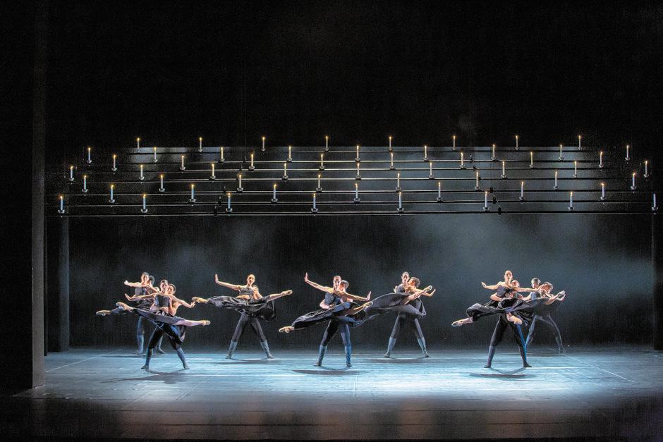 """Szene aus der Choreografie """"Un Ballo"""". Mit diesem Werk des Tschechen Jirˇi Kylián eröffnet die Tanzcompany ihre neue Produktion. <span class=&quot;TT11_Fotohinweis&quot;>Foto: TLT/Larl</span>"""