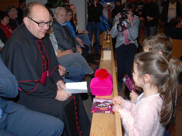 Vor seinem Auftritt unterhielt sich Glettler mit Kindern.