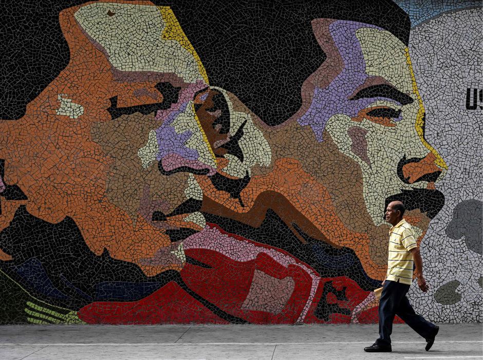 Porträts des ehemaligen Präsidenten Hugo Chavez (l.) und Nicolas Maduro in Caracas.