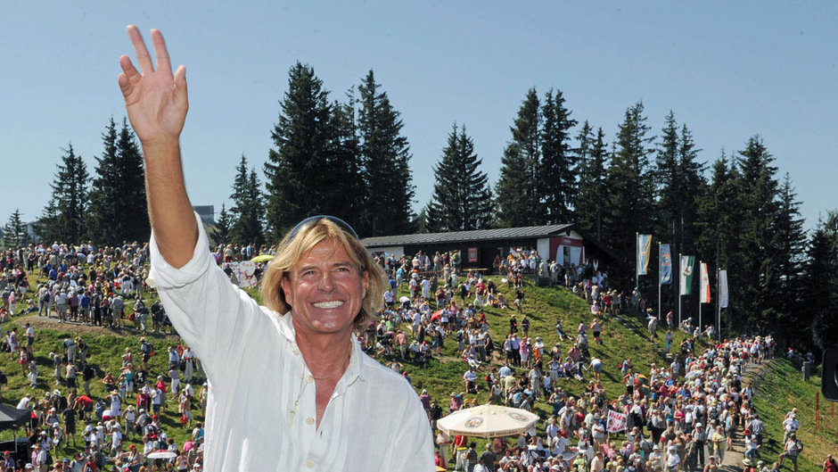 Ein Ziehharmonika-Ständchen zum Geburtstag des Musikproduzenten Jack White 1993 in Kitzbühel geriet zur Initialzündung für Hinterseers Musikerlaufbahn.