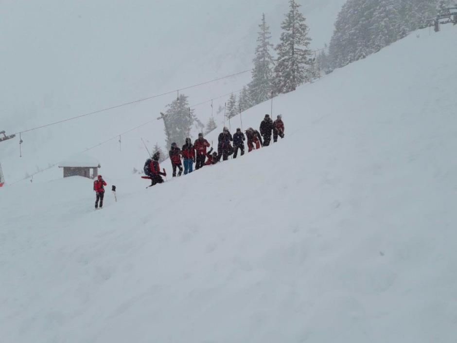 Die Tiroler Bergretter mussten auch im vergangenen Winter immer wieder Lawinenkegel nach Opfern absuchen.