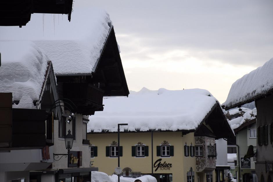 Zahlreiche Dächer in St.Johann wurden bereits zum Teil abgeschöpft – trotzdem sind die Schneehöhen immer noch beträchtlich.