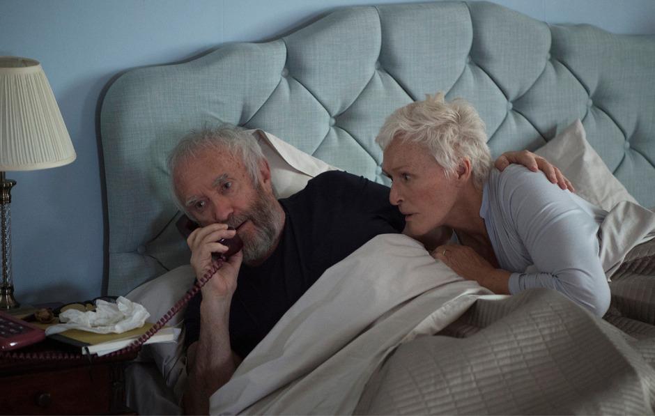 Endlich! Der ersehnte Anruf des Nobelpreiskomitees ereilt Joe Castleman (Jonathan Pryce) und seine Frau Joan (Glenn Close) am frühen Morgen.