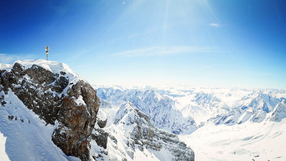 Von der Zugspitze mit ihrem vergoldeten Gipfelkreuz bietet sich ein atemberaubendes Panorama.