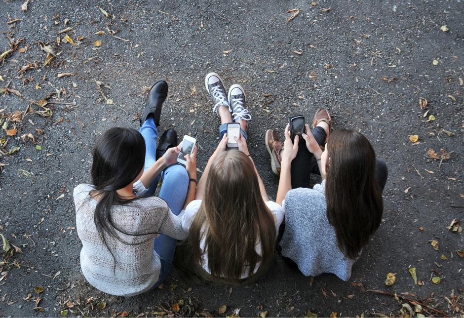 Immer mehr Jugendliche fühlen sich durch ständige digitale Erreichbarkeit und Ablenkung belastet.