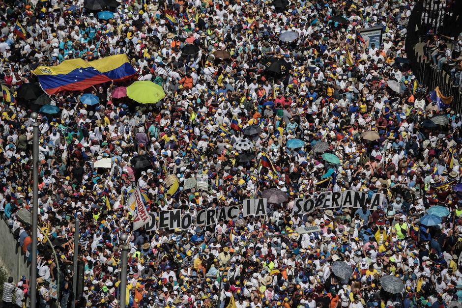 Unterstützer jubeln dem selbsternannten Interimspräsidenten Juan Guaidó zu.