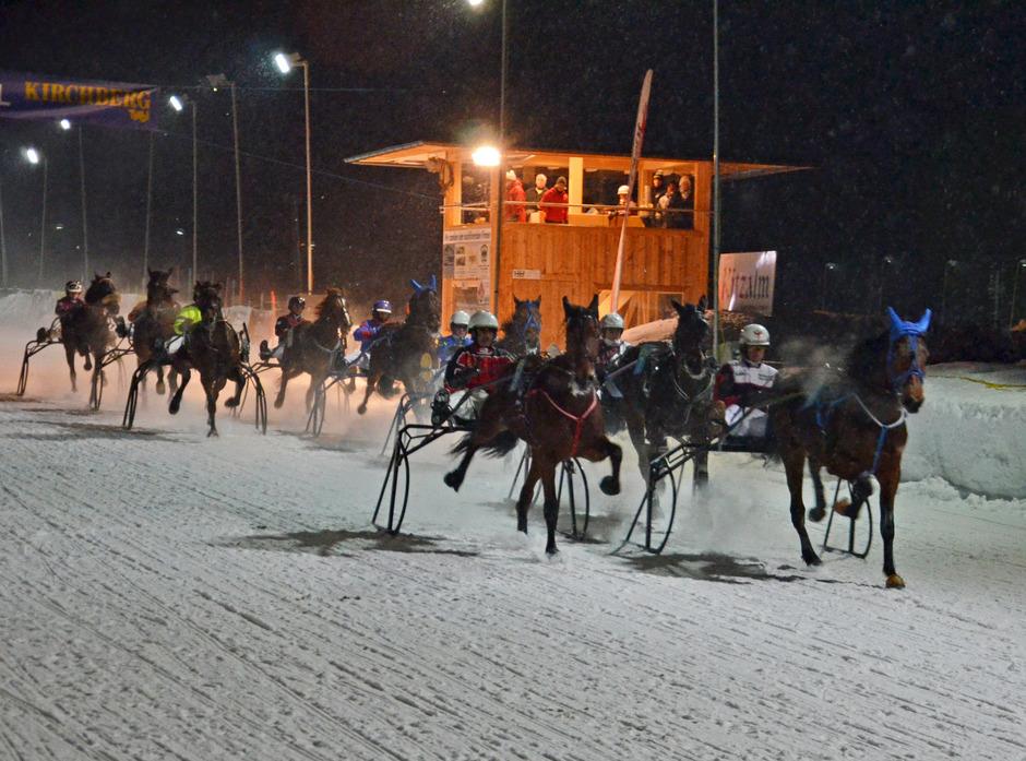 Heiße Rennen auf kaltem Schnee sind in Kirchberg beim legendären Nachtpferderennen auf der beleuchteten Bahn garantiert.