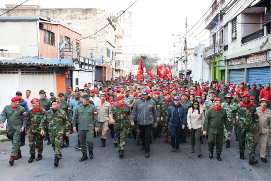 Nicolás Maduro und das Militär bei einer Zeremonie zum 27. Jahrestag der Militärischen Rebellion. Die Führungsriege der Militärs hält nach wie vor treu zu Maduro.