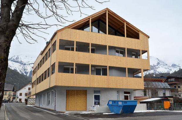 In diesem Neubau im Mötzer Zentrum soll im Erdgeschoß ein Nahversorger entstehen, die Gemeinde wird das Ladenlokal kaufen.