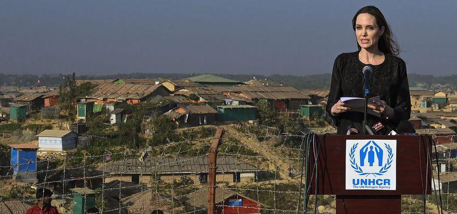 Vor der Kulisse unzähliger behelfsmäßiger Behausungen wandte sich Angelina Jolie an die nach Bangladesch geflüchteten Rohingya.