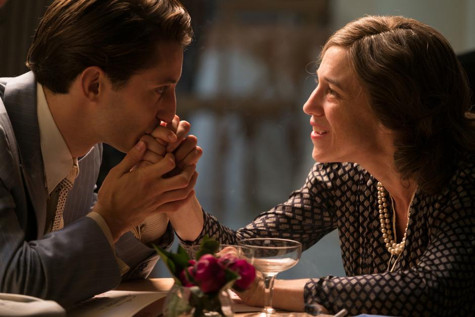 """Der Held als Muttersöhnchen: Pierre Niney als Romain Gary mit Charlotte Gainsbourg als dessen besitzergreifender Mutter Nina. In Eric Barbiers Romanverfilmung """"Frühes Versprechen"""" lässt der französische Star die Mitspieler ziemlich blass aussehen."""