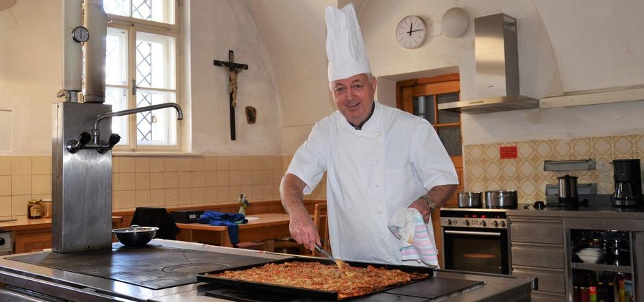 In der großen Küche des Franziskanerklosters Lienz ist Ossi Blassnig sechsmal die Woche Küchenchef.