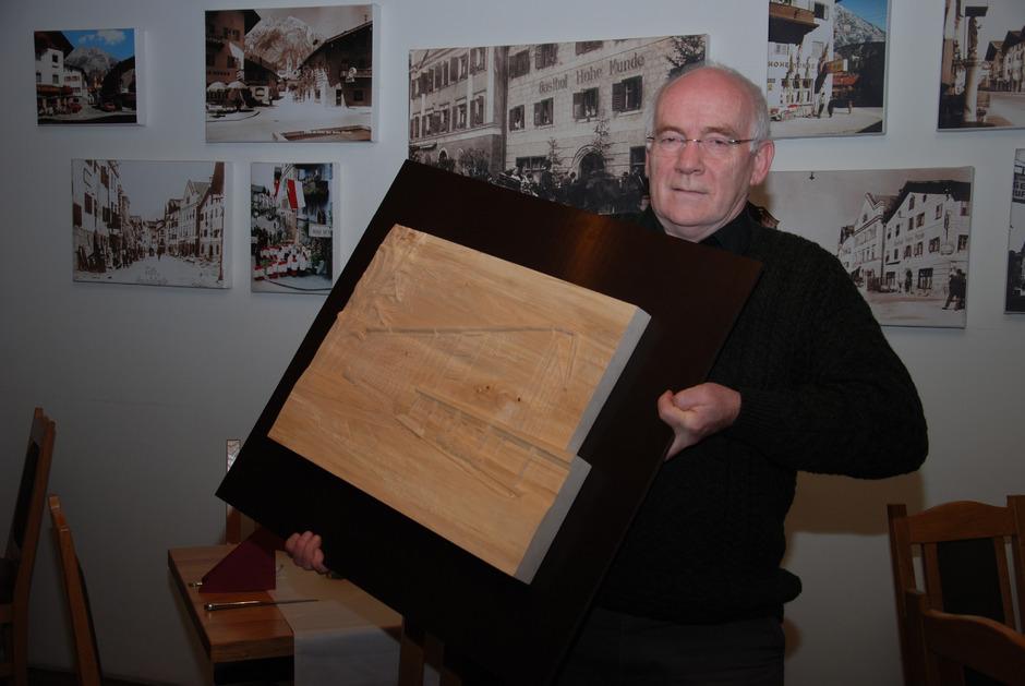 Über das Abschiedsgeschenk seiner Schule – ein Holzrelief von Christoph Waldhart – freut sich Josef Röck sehr.