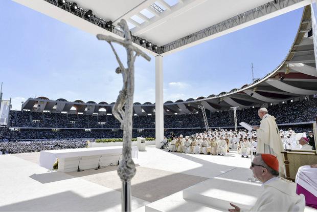 Vor rund 170.000 Gläubigen hat Papst Franziskus zum Abschluss seines Besuchs in den Vereinigten Arabischen Emiraten eine Messe unter freiem Himmel gefeiert.