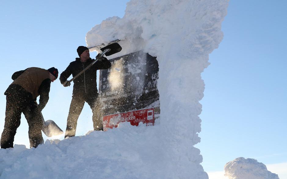 Noch kämpfen die Pistenarbeiter gegen das Eis, am Wochenende könnte ihnen Schneefall das Leben schwer machen.