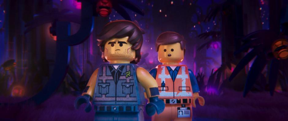 Spielerischer Umgang mit stereotypen Spielzeugrollenbildern: der megamaskuline Grantler Rex und der vermeintlich verweichlichte Held Emmet Brickowski.