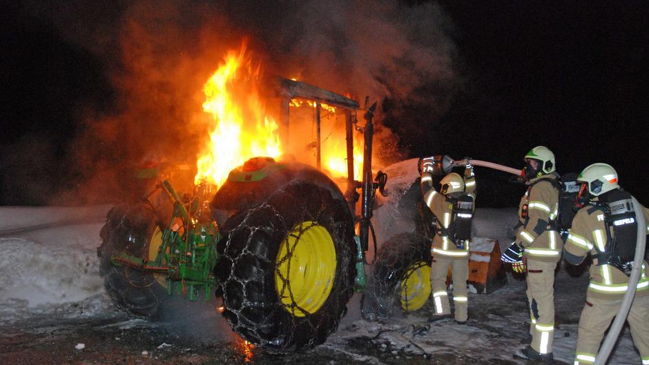 Der Traktor stand komplett in Flammen.
